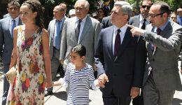 Սերժ Սարգսյանը թոռնուհու հետ Կենդանաբանական այգում էր