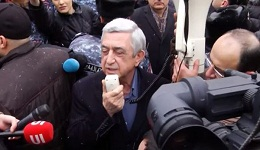 Սերժ Սարգսյանը դիմեց դատարանի բակում հավաքված աջակիցներին