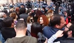Ոստիկանները քաշքշում են կանանց, բերման ենթարկում․ լարված իրավիճակ՝ կառավարության շենքի դիմաց